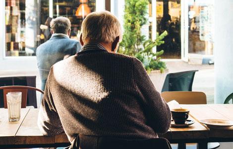 Mies kahvilassa
