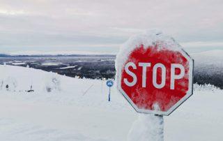 Pysähdy miettimään elintapojasi. Stop-merkki. Talvikuva.
